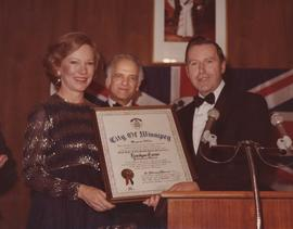 Mayor Bill Norrie presenting First Lady of the United States, Rosalyn Carter with an Honourary Citizenship award